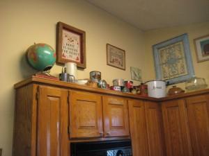 decorating-above-kitchen-cabinets-l-e64c0a52291f60c0